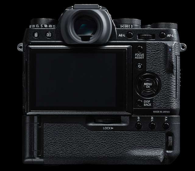 Fujifilm_X-T1_Back_with_AssistGrip_and_18-55_OIS